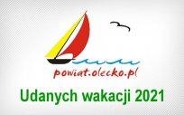 Logo Powiatu Oleckiego przedstawiające żaglówkę płynącą po falach jeziora, lecącego ptaka oraz napis powiat.olecko.pl. Pod logiem napis udanych wakacji 2021