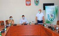 Na zdjęciu od lewej Prezes Olmedica Sp. z o. o. w Olecku, Pełnomocnik Wojewody do spraw Szczepień, Wicestarosta Olecki